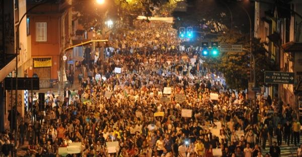 18jun2013---manifestantes-caminham-na-avenida-brigadeiro-luis-antonio-em-direcao-a-avenida-paulista-nesta-terca-feira-18-em-sao-paulo-a-manifestacao-foi-o-sexto-ato-contra-o-aumento-da-tarifa-de-1371618575234_956x500